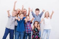 Gli adolescenti sorridenti che mostrano segno giusto su bianco Fotografie Stock Libere da Diritti