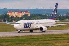 Gli aerei allineano il LOTTO che rulla sulla pista dell'aeroporto Fotografia Stock