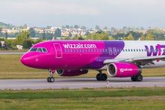 Gli aerei allineano Wizzair che rulla sulla pista dell'aeroporto Fotografie Stock