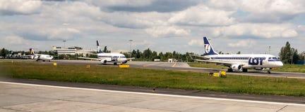 Gli aerei che aiting per decollano sulla pista di rullaggio sull'aeroporto di Chopin a Varsavia in Polonia Fotografia Stock Libera da Diritti