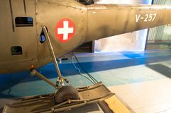 Gli aerei d'annata e storici degli aeroplani di era della seconda guerra mondiale, con l'incrocio bianco su un cerchio rosso firm fotografia stock