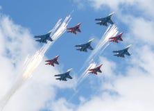 Gli aerei da caccia fanno la ripetizione del fuoco d'artificio finalmente della parata dedicata al settantesimo anniversario dell Fotografia Stock