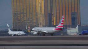 Gli aerei decollano all'aeroporto Las Vegas - U.S.A. 2017 di McCarran stock footage
