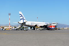Gli aerei di Aegean Airlines che prendono manutenzione all'aeroporto di Iraklion fotografie stock