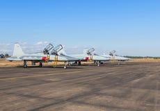 Gli aerei di aereo da caccia militari hanno parcheggiato sulla pista nella base di aeronautica Fotografia Stock Libera da Diritti