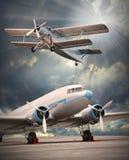 Gli aerei sulla pista. Immagine Stock