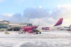 Gli aerei sulla pista dell'aeroporto di Lech Valesa fotografia stock libera da diritti