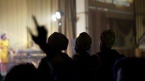 Gli africani neri pregano nella sala da concerto Mani di aumento e di ballo su Fucilazione tramite le vostre mani nella lampadina archivi video