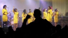 Gli africani neri pregano nella sala da concerto Mani di aumento e di ballo su Fucilazione tramite le vostre mani nella lampadina stock footage