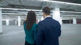 Gli agenti immobiliari discutono un programma di lavoro, esaminante i documenti video d archivio