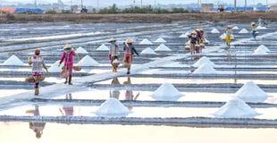 Gli agricoltori caricano sul villaggio del mare del sale degli argini Immagine Stock Libera da Diritti