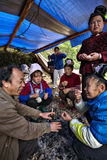 Gli agricoltori cinesi rurali parlano intorno a fuoco di accampamento al festival del villaggio Immagini Stock Libere da Diritti