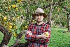 Gli agricoltori commercializzano, alimento sano: l'uomo dell'agricoltore riunisce il homegr organico Fotografia Stock Libera da Diritti