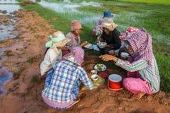 Gli agricoltori del riso mangiano la prima colazione in Cambogia Immagini Stock