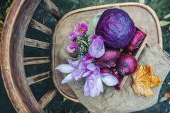 Gli agricoltori raccolgono le varie verdure nella fine dell'estate in un giardino organico Alimento sano e sostenibile Il concett Fotografia Stock