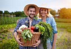 Gli agricoltori si accoppiano in giardino Fotografia Stock Libera da Diritti
