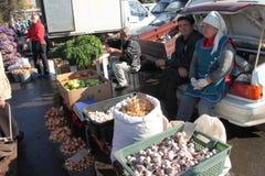 Gli agricoltori vendono i loro prodotti sul mercato dell'azienda agricola Fotografia Stock Libera da Diritti