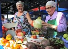 Gli agricoltori vendono i loro prodotti sul mercato dell'azienda agricola Fotografia Stock