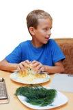 Gli aiuti del ragazzo per cucinare alimento. Fotografia Stock Libera da Diritti