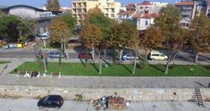 Gli alberi d'ingiallimento in autunno sulla spiaggia passeggiano in Pomorie, Bulgaria archivi video