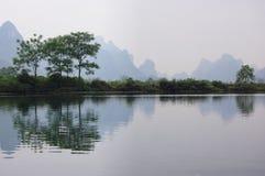 Gli alberi dal fiume Fotografie Stock Libere da Diritti
