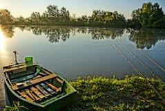 gli alberi del supporto del hdr del lago dell'imbarcazione a remi di pesca imbussolano il divertimento verde Immagini Stock