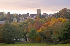 Gli alberi di autunno dallo swale e da Richmond del fiume fortificano fotografie stock