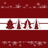 Gli alberi di Natale con neve si sfalda cartellino rosso Fotografia Stock