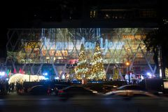 Gli alberi di Natale e della luce decorano il bei Natale e nuovo anno Fotografie Stock