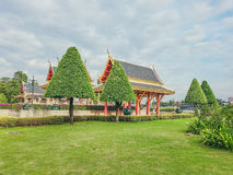 Gli alberi di Natale piantati nel gazebo del giardino è una costruzione Fotografie Stock Libere da Diritti