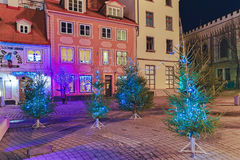 Gli alberi di Natale su Livu quadrano a Riga alla notte Fotografia Stock