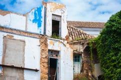 Gli alberi rustici di rovine murano il bianco rosso verde della porta fotografia stock