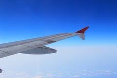 Gli alettoni e le falde hanno pieghettato il piano in ala dell'aeroplano alla velocità di crociera immagini stock libere da diritti