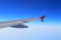Gli alettoni e le falde hanno pieghettato il piano in ala dell'aeroplano alla velocità di crociera fotografie stock