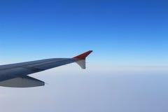 Gli alettoni e le falde hanno pieghettato il piano in ala dell'aeroplano alla velocità di crociera fotografia stock libera da diritti