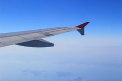 Gli alettoni e le falde hanno pieghettato il piano in ala dell'aeroplano alla velocità di crociera immagine stock libera da diritti