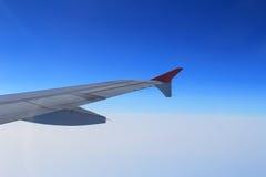 Gli alettoni e le falde hanno pieghettato il piano in ala dell'aeroplano alla velocità di crociera fotografia stock