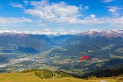 Gli alianti decollano vicino all'ascensore di sci con la montagna austriaca r delle alpi Immagine Stock
