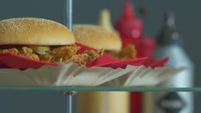 Gli alimenti a rapida preparazione dell'hamburger stock footage