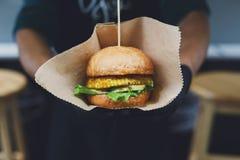 Gli alimenti a rapida preparazione della via, hamburger con il bbq hanno grigliato la bistecca Immagini Stock