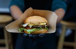 Gli alimenti a rapida preparazione della via, hamburger con il bbq hanno grigliato la bistecca Immagine Stock