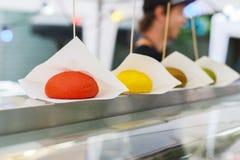 Gli alimenti a rapida preparazione della via, panini colorati dell'hamburger remano sul contatore fotografia stock