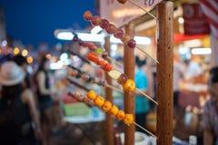 Gli alimenti a rapida preparazione semplicemente al mercato asiatico locale Fotografia Stock
