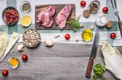 Gli alimenti sani, cucinanti la bistecca della carne di maiale di concetto con le verdure, coltello, i frutti, spezie, hanno pres Immagini Stock