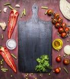 Gli alimenti sani, cucinanti la varietà vegetariana di concetto di verdure ed i frutti sono presentati intorno al tagliere, dispo Fotografia Stock Libera da Diritti