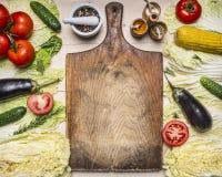Gli alimenti sani, cucinare e le verdure differenti e gli ingredienti di concetto vegetariano per l'insalata, hanno allineato int fotografia stock libera da diritti