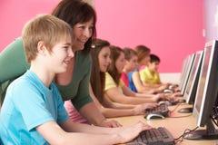 Gli allievi adolescenti in ESSO classificano per mezzo dei calcolatori Immagine Stock Libera da Diritti