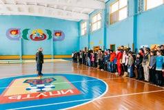 Gli allievi bielorussi irriconoscibili della scuola secondaria hanno allineato in Th Immagine Stock