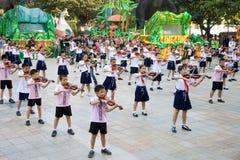 Gli allievi cinesi celebrano la festa nazionale con musica Immagini Stock