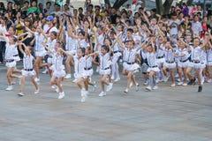 Gli allievi cinesi eseguono i balli Immagine Stock